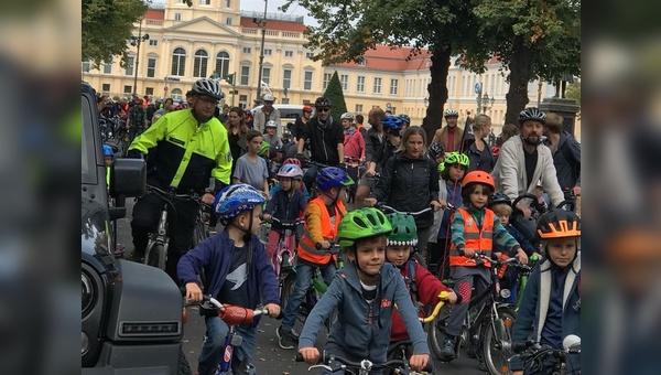 Die kleinen Radfahrer beim Demo-Start vor dem Schloss Charlottenburg.