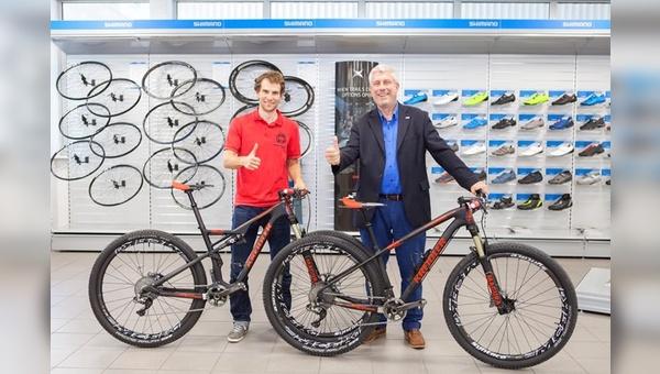 Bernhard Lange übergibt die Bikes an Moritz Miltz: Olympia kann kommen