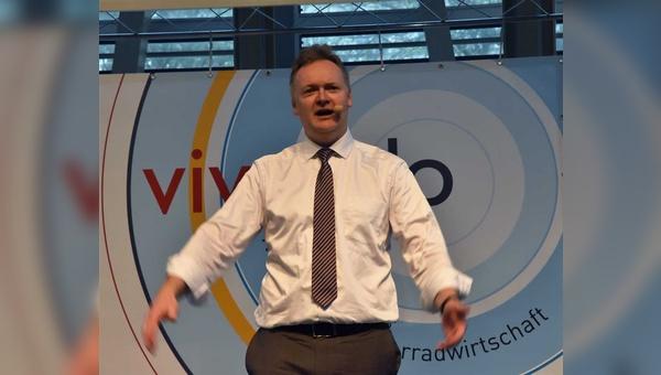 Burkhard Stork sieht Poltik und Fahrradindustrie in der Pflicht - wie jüngst hier beim Vivavelo-Kongress in Berlin.