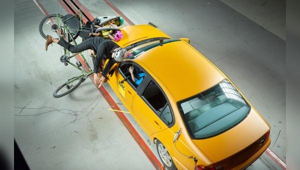 Wenn ein Auto in ein Fahrrad crasht sind schlimme Bilder programmiert.