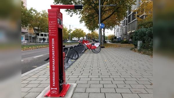 Werden gut angenommen: Fahrradreparaturstationen in Freiburg.