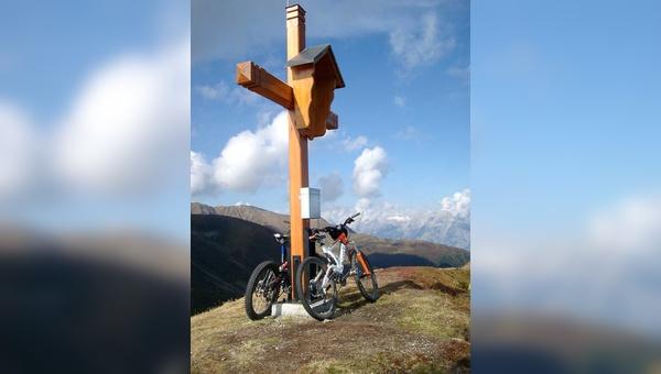 Der Gipfel ist das Ziel – für Mountainbiker und Wanderer gleichermaßen.