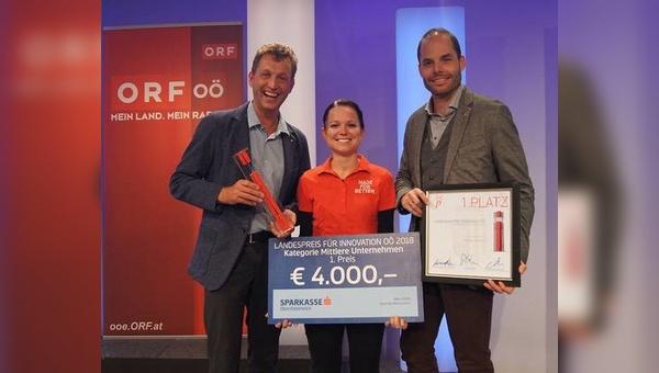 Löffler-Geschäftsführer Otto Leodolter, Produktmanager Dominique Roshardt und Teamleiterin der Hotbond-Produktion Sandra Holzinger nehmen den Preis entgegen.