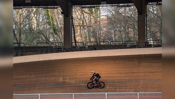Ort für Kraft und Können: Auf der steilen Holzbahn im Kölner Westen erlebt man puristischen Radsport.