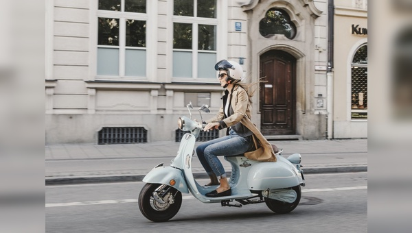 Neben E-Bikes verkauft der ADAC künftig auch Elektroroller bundesweit.