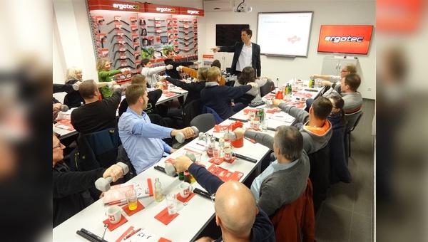 Dr. Achim Schmidt leitet die Schulung zur Ergonomie.
