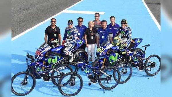 Susanne und Felix Puello im Kreise der Yamaha MotoGP-Teams