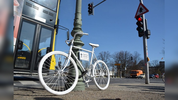 Geisterfahrrad erinnert an getoeteten Radfaher. In Berlin leider kein seltenes Bild.
