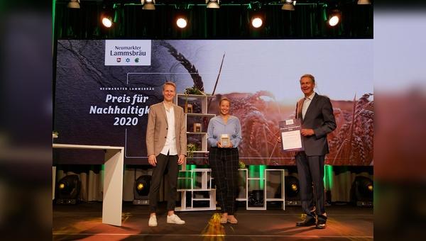 Johannes Ehrnsperger (Inhaber und Geschäftsführer Neumarkter Lammsbräu), Lisa Fiedler (Leiterin der VAUDE Academy für nachhaltiges Wirtschaften), Franz Ehrnsperger (Senior-Chef Neumarkter Lammsbräu) bei der Preisverleihung.
