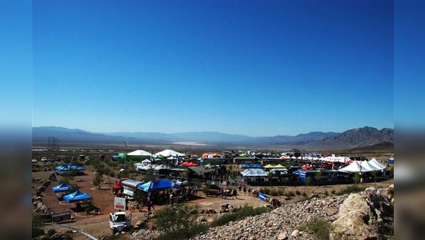 Blauer Himmer bis zum Abwinken: Die Wüste von Nevada bietet den US-Händlern auch Ende September noch perfekte Bedingungen zum Bike-Testen.