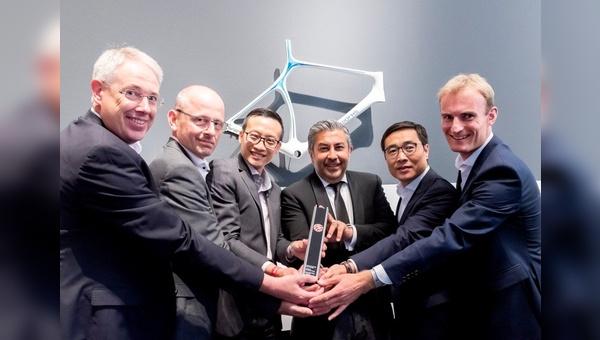 """Jia-Uei Chan (Dritter von links), Projektleiter von Steelworks, nimmt zusammen mit seinen Kollegen den""""Best of the Best Red Dot Design Award"""" entgegen."""