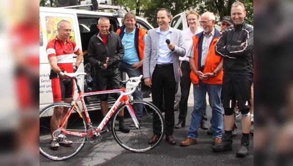 Mathias Seidler stellt das Replika-Bike von Focus vor.