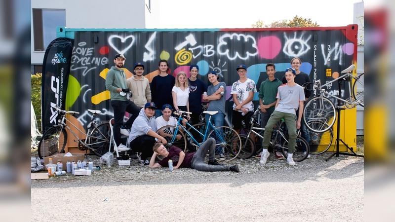 Ein Überseecontainer als Lagerraum - E.Wiener Bike Parts unterstützte ein Schulprojekt.