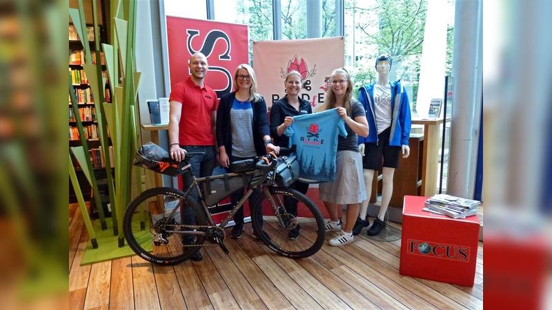 Die Sponsoren überreichen das Equipment (von links): Matthias Schroll (Focus), Julia Jachmann (Teilnehmerin), Kerstin Engl (Ortlieb), Claudia Dreibrodt (Globetrotter).
