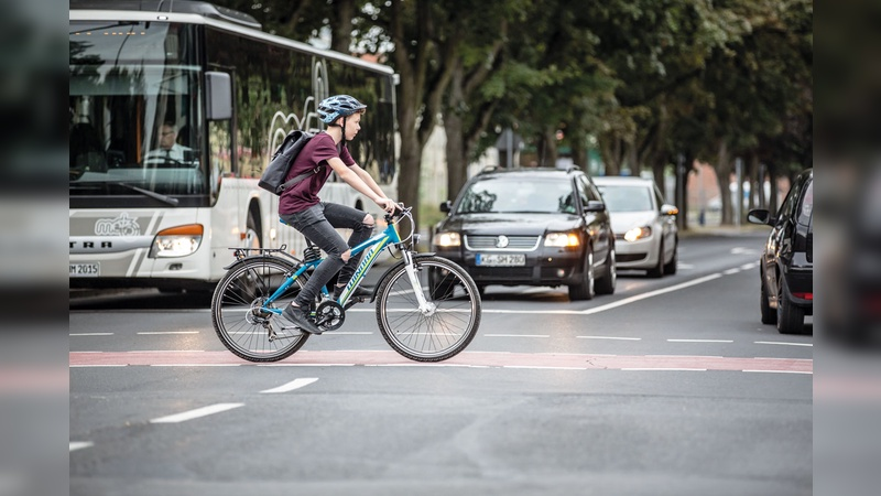 Der Verkauf verkehrssicherer Fahrräder ist Alltag eines jeden Händlers. Bei Kindern und Jugendlichen muss das Fahrrad noch manche Fahrunsicherheit »ausgleichen«.