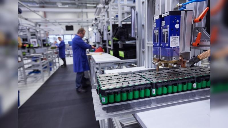 Zuverlässige, langlebige und sichere Batterielösungen anzubieten, bleibt der Schlüssel zum Erfolg der Elektromobilität. Blick in die Fertigung bei BMZ in Karlstein.