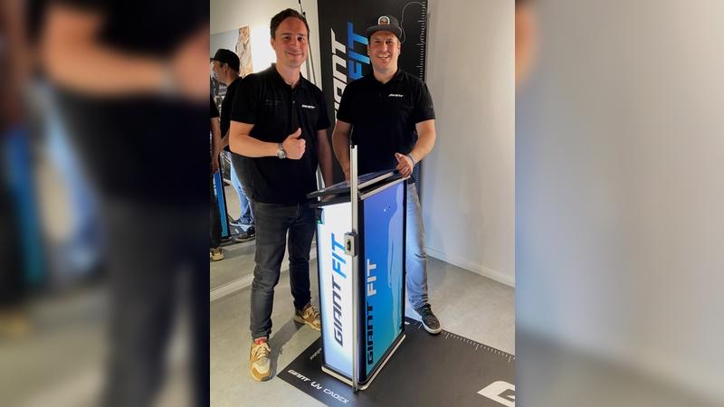 Mario von Bronckhorst vom Giant Store Wegeberg (rechts) und Marcel Hollenberg.