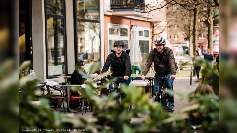 In der Schweiz wird immer haeufiger ein Fahrradhelm getragen.
