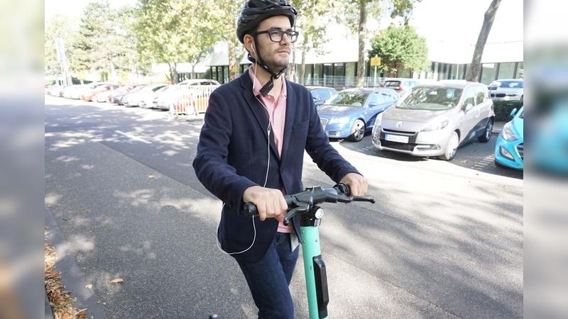 E-Tretroller haben es mit der Akzeptanz im Straßenverkehr offenbar schwer. Sie mit Kopfhörer zu fahren - wie hier im Bild - schadet zusätzlich der Verkerkehrssicherheit.