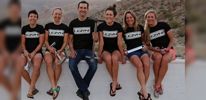 Dillon Clapp, hier in Mitten der Lezyne-Team-Fahrerinnen, kehrt an alter Wirkungsstätte zurück