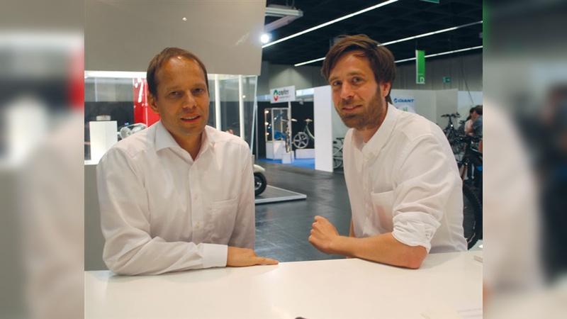 Christoph Bantle (links), hier mit Vertriebsingenieur Sven Bernhardt, setzt bei Brose auf das Zusammenwirken von Automotive- und Fahrradkompetenz.