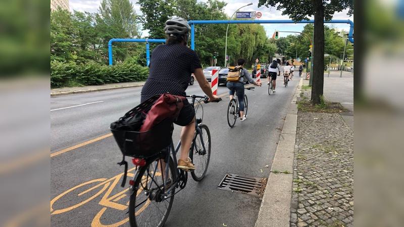 Die leuchtenden Fahrradmarkierungen dürfen bleiben.