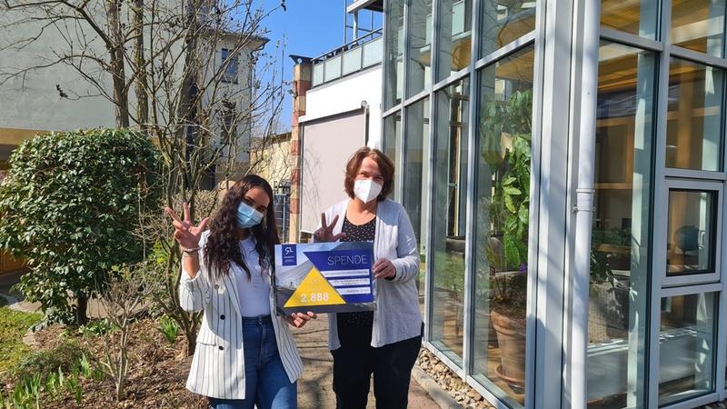 'Hilfe für krebskranke Kinder Frankfurt e.V' - der Verein freut sich ueber den Spendenscheck.