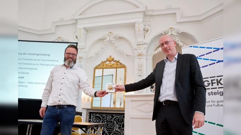 Der neue Vorstandsvorsitzende der AGFK MV e.V. Claus-Ruhe Madsen und Minister Pegel, der Schirmherr des Vereins geworden ist.