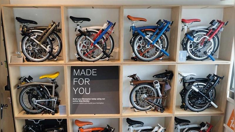 Platz sparend: Wie in einen Setzkasten passen Falträder von Brompton in ein Wandregal.