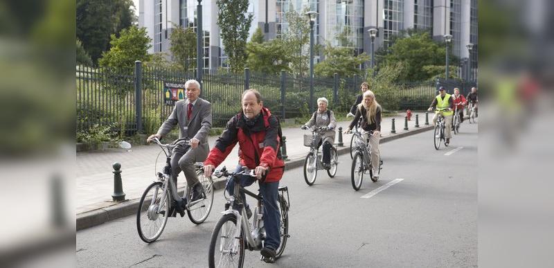 Im Vordergrund radelt das deutsche Mitgliedes des Europäischen Parlaments Michael Cramer.