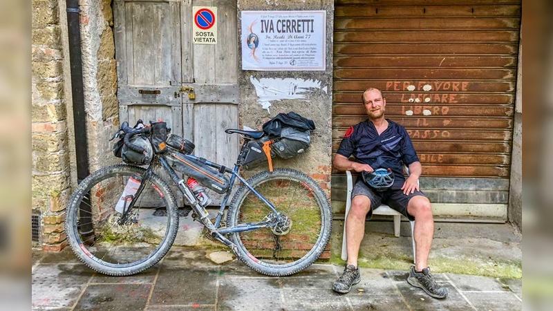 Schmutzig, aber glücklich: Blogger und Globetrotter Martin Moschek ist von klassischen Packtaschen-Reisen auf Bikepacking umgestiegen. »Das ist eine totale Bereicherung!«