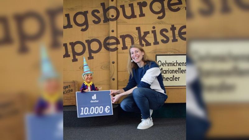 Christina Voellinger von Deuter bei der symbolischen Scheckuebergabe in Augsburg