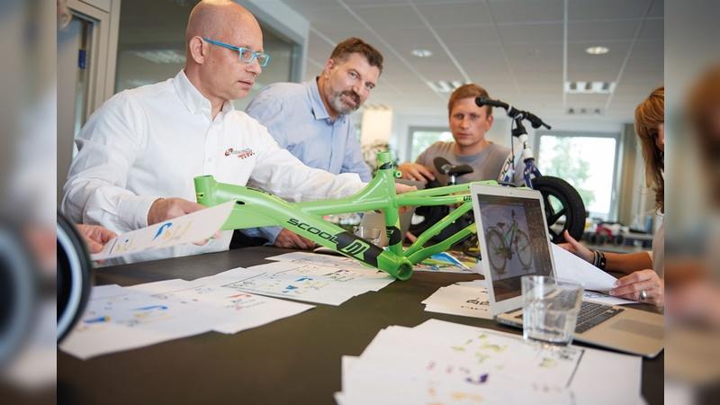 Alle für einen: Bei der Konzeption der Bikes arbeiten Szygiel (vorn), Böse (Mitte) und ihr Team zusammen.