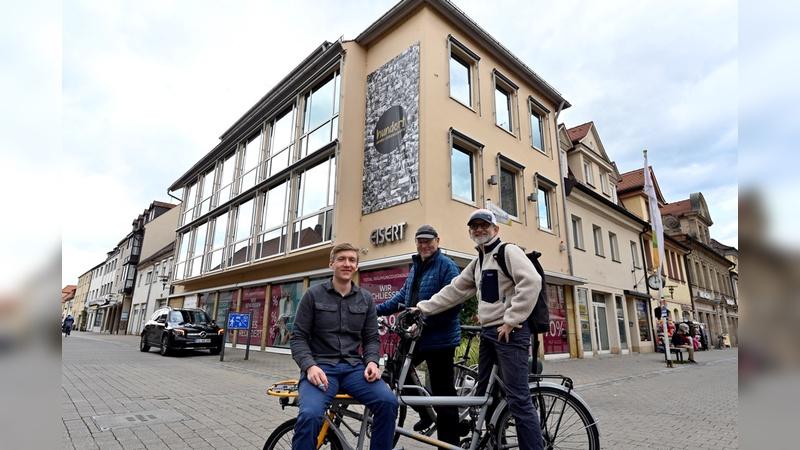 Im Vordergrund von links nach rechts die beiden Geschäftsführer der Freilauf GmbH Jens Scheller und Ruediger Schmutzler, im Hintergrund den Freilauf-Gruender Jörg Gruner.