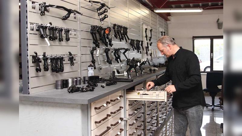 Ordnung ist die halbe Entwicklung: Markus Schulz am Apothekerschrank. Nahezu alle kreativen Jobs spielen sich davor ab.