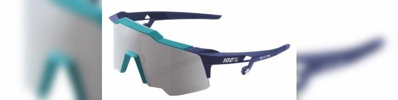 Bei dieser Brille legt der Fahrer gleichzeitig die Ohren an ...