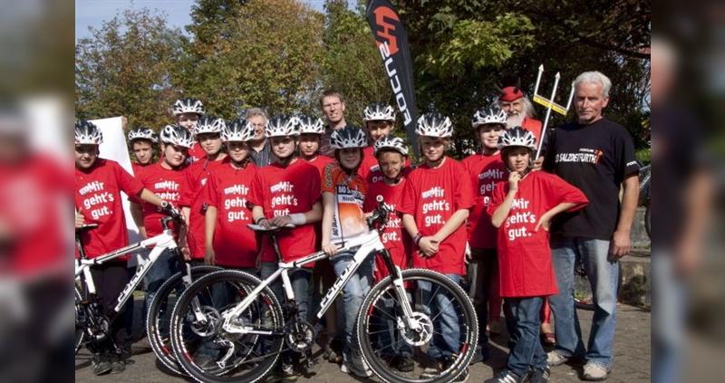Schul-AG freut sich über neue Mountainbikes