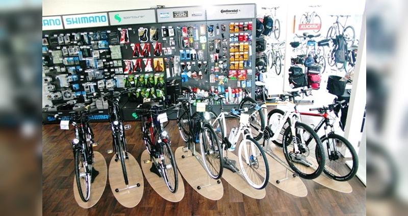 Höhenversetzte Präsentation von E-Bikes mit optisch abgrenzenden Oval-Plates