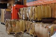 Die Pappkartons warten aufs Recycling.