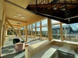 Holz als Baumaterial und viel Tageslicht schaffen eine angenehmen Atmosphäre