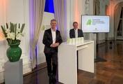 Baden-Wuerttembergs Umweltminister Franz Untersteller (rechts) mit Moderator Ingolf Baur bei der Online-Preisverleihung