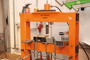 Synergien nutzen: In der Produktionshalle stehen viele Maschinen zur gemeinsamen Nutzung. Auch eine von Kargon selbstgebaute Presse.