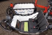 Zwei der Varianten: Korb oder Kinder-Kiste. Technisch besonders bei beiden: Seil-Lenksystem und Ständer mit Gasdruck-Feder.