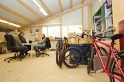 Designer-Ausstatung im Chefbüro? Fehlanzeige. Investiert wird lieber in die Bikes, die Mitarbeiter und Klimaschutzprojekte.