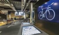 Im »Rose Biketown Konzeptstore« kann man an LCD-Bildschirmen live und in Lebensgröße die Konfiguration von Fahrrädern beobachten.