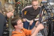 Bei der Teammontage kann der Kunde beim Aufbau seines Velociped-Rads mit Hand anlegen.