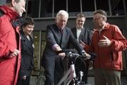 Der Präsident des Eurpäischen Parlaments, Dr. Hans-Gert Pötterling bei einem Fahrversuch mit ETRA-Geschäftsführerin Annick Roetynck (2. von links) und MEP Michael Cramer (ganz links).