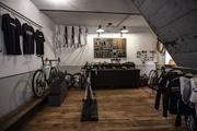 Das Ambiente beim Rennradspezialisten spricht auch Feingeister an.