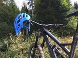 Der Tocsen-Sensor wird am Fahrradhelm befestigt.