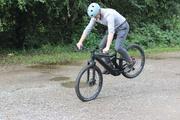Es ist nicht, wonach es aussieht: Nur mit viel Ziehen und Strecken lässt sich das Hinterrad noch in die Luft bekommen, und selbst das gelingt nur bei Geschwindigkeiten unterhalb von fünf km/h – dann ist das ABS von Blubrake aus.